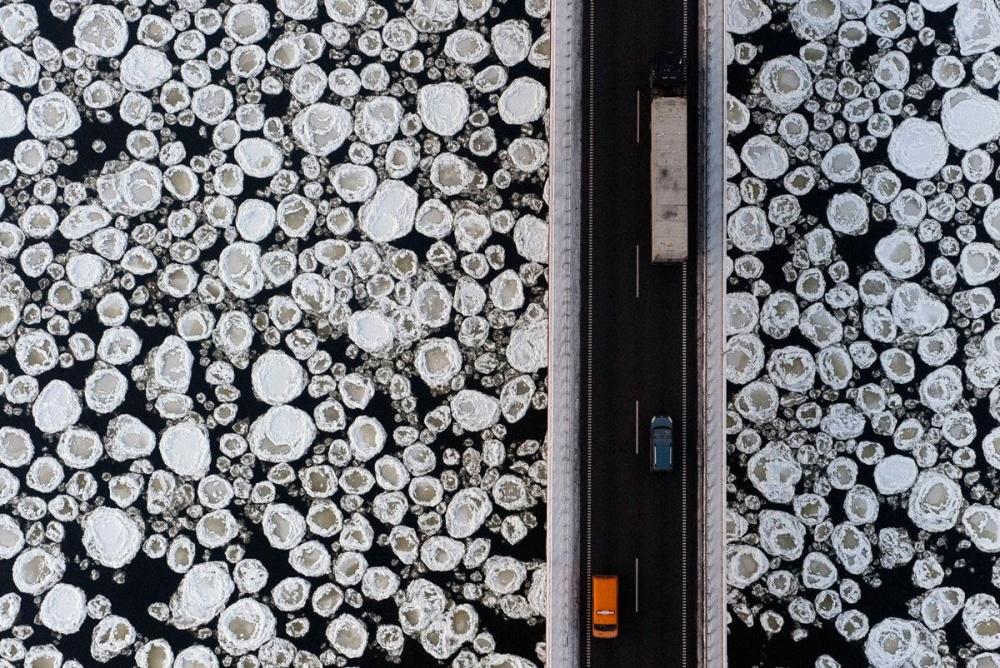 یک پل بالای رودخانه ی یخ زده