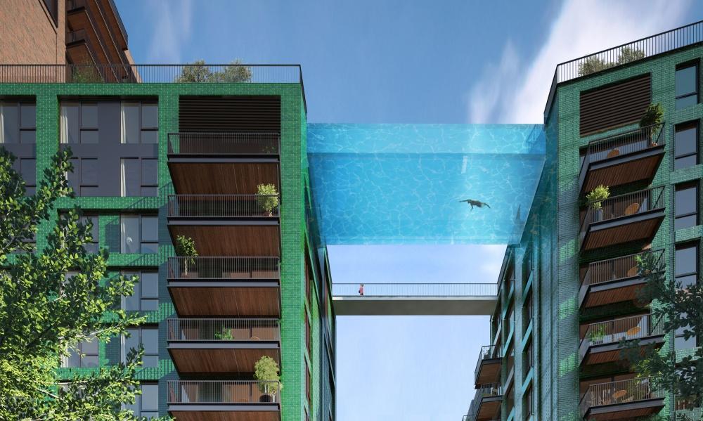 استخر شیشه ای که بین دو ساختمان در لندن معلق است