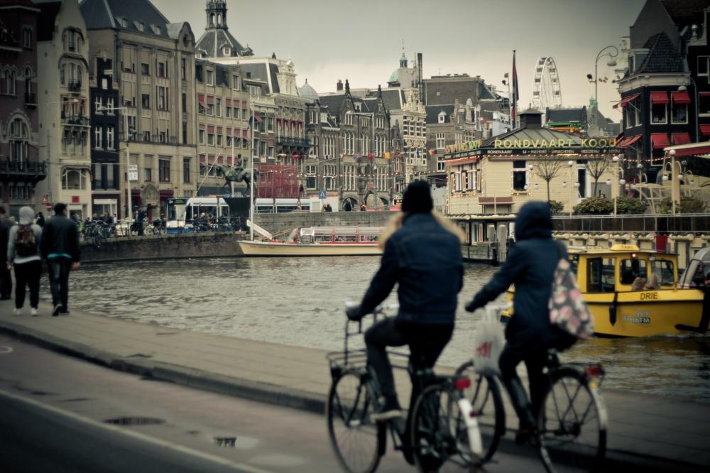 راندن دوچرخه کرایه ای در امتداد اسکله