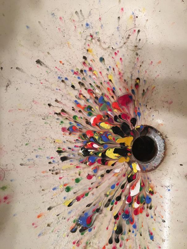 رنگهای اکرلیک دختربچهای در ظرفشویی