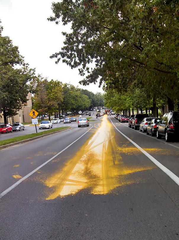 کامیون رنگ با سرعت بسیار بالا ترمز میگیرد.