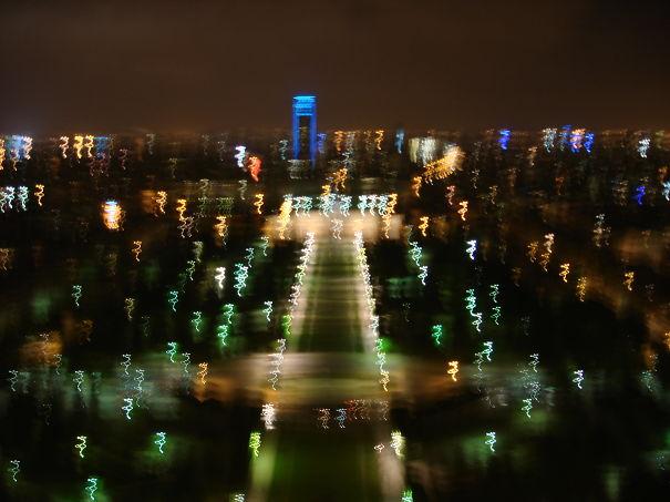لرزش دست به دلیل سرما در بازدید از برج ایفل پاریس