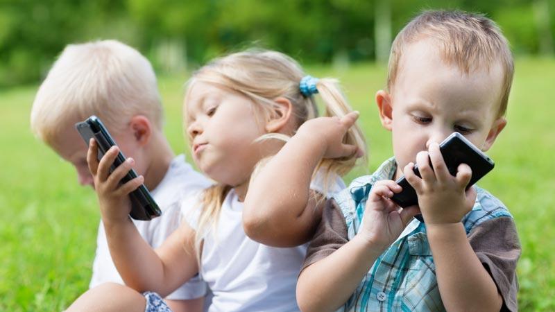 گوشیهای هوشمند مانع اصلی تعامل میان والدین و فرزندان