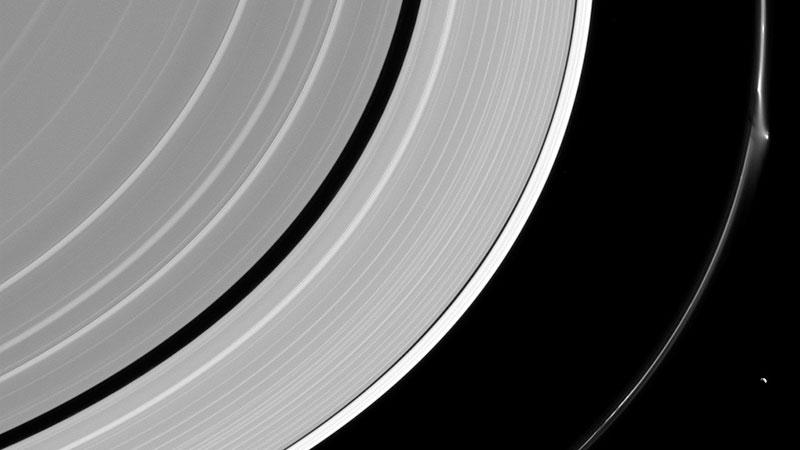 گزارش یک پدیده عجیب و اسرارآمیز در سیاره زحل
