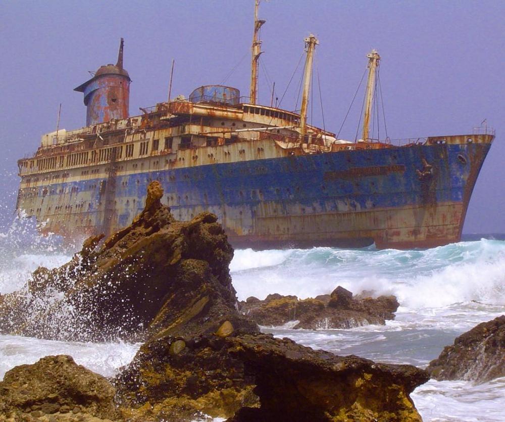 یک کشتی نزدیکی فورتونتورا رها شده است، جزایر قناری