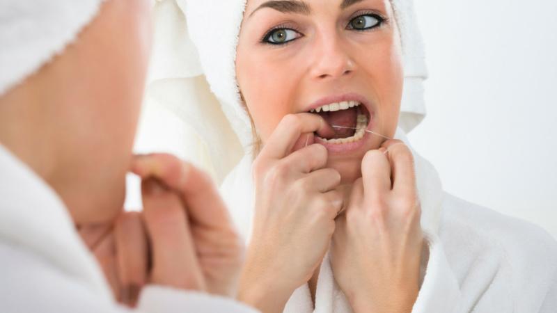 نخ دندان کشیدن تاثیر چندانی بر سلامت دندان ندارد