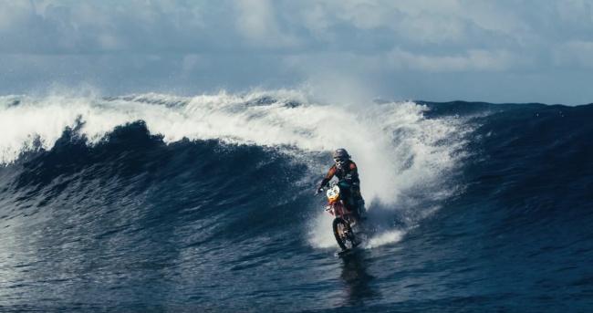 مردی که میتواند....روی آب...موتورسواری کند؟