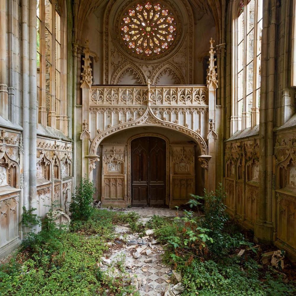 یک کلیسای متروکه در فرانسه
