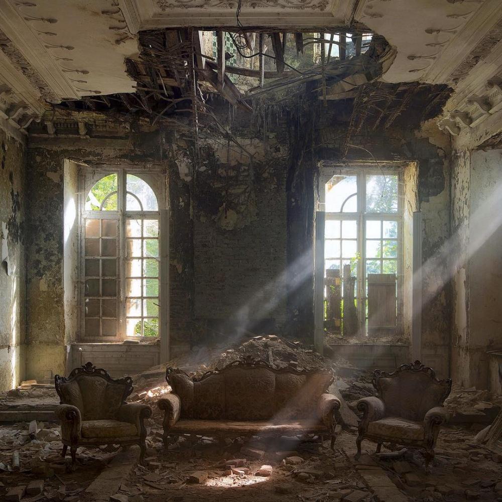 قصری قدیمی و تخریبشده در کشور بلژیک