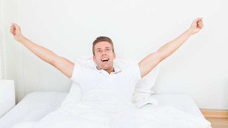 وقتی از خواب بیدار میشوید، این ۷ کار را انجام ندهید