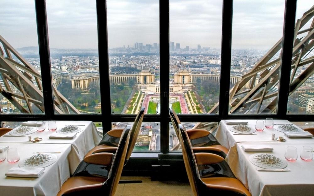له جولز ورنه (Le Jules Verne) در پاریس، فرانسه