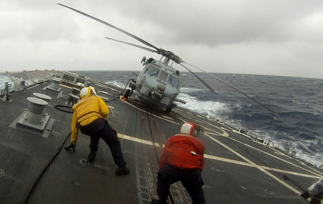 ملوانان در ناو هواپیمابر در طوفان