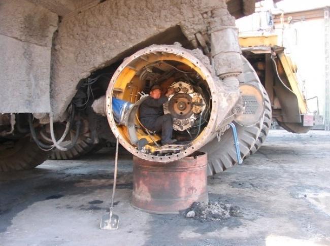 یک بولدوز عظیمالچثه که نیاز به تعمیر دارد