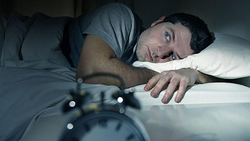 چرا به محض اینکه وارد تختخواب میشویم خوابمان میپرد