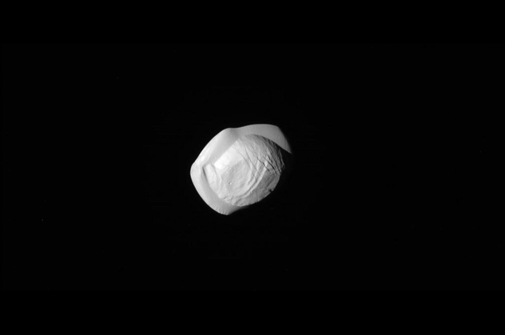 قمر کوچک سیاره زحل