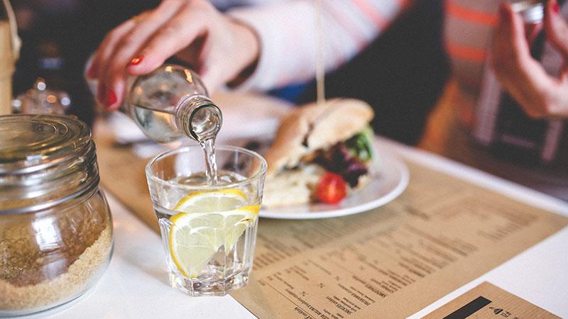 آیا نوشیدن آب حین خوردن غذا برای بدن مضر است؟