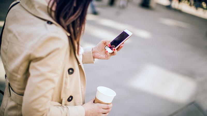 استفاده از تلفن همراه شکل راه رفتن عابران را تغییر میدهد