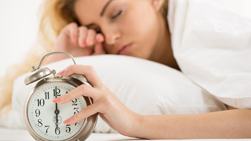 وقتی صبحها از خواب بیدار میشوید این ۷ کار را انجام ندهید